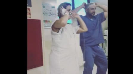 Il dottore fa ballare Despacito alle sue pazienti incinte per un preciso motivo