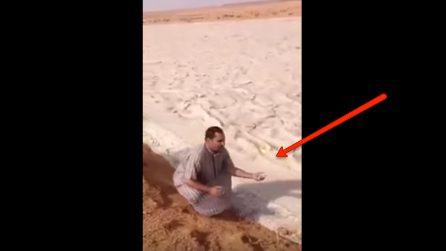 Sembra un fiume di sabbia che scorre nel deserto: quando lo tocca scopre di cosa si tratta
