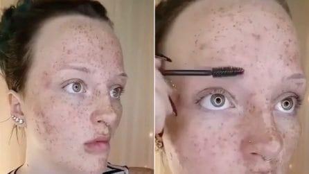 Prende il mascara e ridisegna le sopracciglia in modo perfetto: il risultato è sorprendente