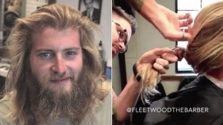 Capelli lunghi e barba, il barbiere lo trasforma e lo rende irriconoscibile