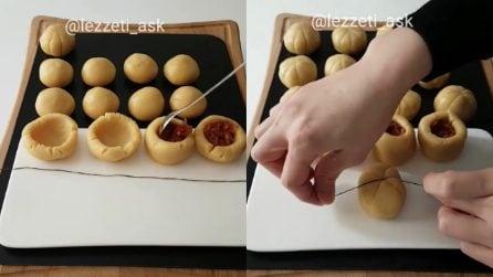 Avvolge il filo alimentare all'impasto farcito: biscotti originali e buonissimi