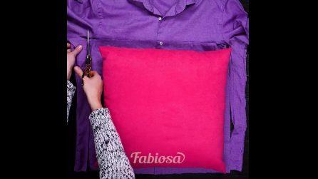 Mette un cuscino sulla camicia e ritaglia una forma quadrata: l'idea è geniale