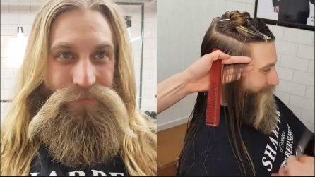 Inizia a tagliare i lunghissimi capelli: il cambio look è sorprendente