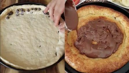Pizza al cioccolato con cornicione ripieno: un dolce che farà impazzire tutti
