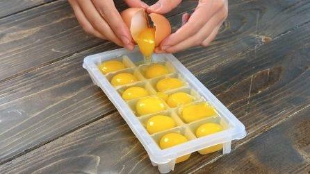 Mette le uova nel contenitore del ghiaccio: il trucchetto da provare