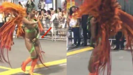 Il perizoma si rompe durante lo show di carnevale: la ballerina continua l'esibizione
