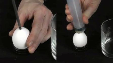 Buca l'uovo e poi infila una siringa: un trucchetto ottimo