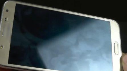 Come pulire lo schermo del cellulare usando un uovo
