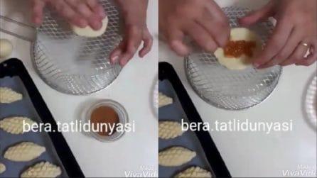Farcisce l'impasto sul cestino per friggere e prepara bellissimi e golosi biscotti