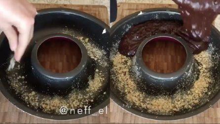 Mette le noccioline nello stampo e poi versa l'impasto al cioccolato: una ricetta da provare