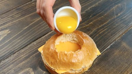 Crack the egg in the bread: a super delicious hack