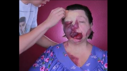 La mamma soffre di una rara malattia, il figlio la trasforma completamente con il trucco