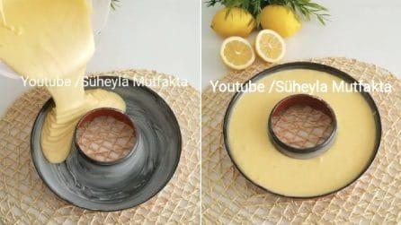 Versa l'impasto al limone nello stampo per ciambellone: il risultato è una vera delizia