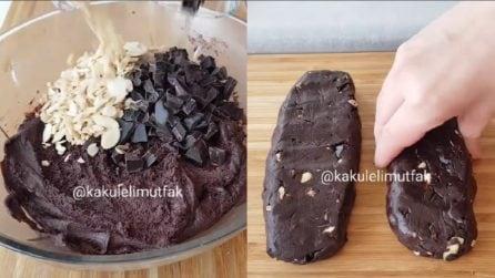 Aggiunge cioccolato e mandorle all'impasto e prepara un dessert squisito