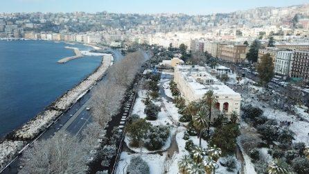 Lo spettacolo di Napoli innevata vista dall'alto con il drone