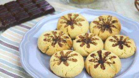 Biscotti al cacao: poggia la frusta sulla pasta frolla per un effetto meraviglioso!