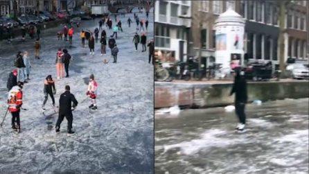 Amsterdam, le persone pattinano sul canale ghiacciato