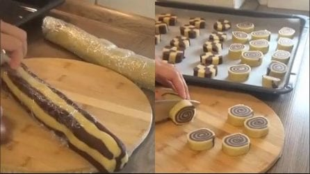 Allinea e arrotola i due tipi di pasta frolla: il risultato è originale e delizioso