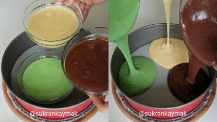 Versa tre impasti colorati nella teglia e prepara un delizioso e colorato dessert