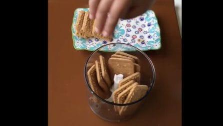 Mette un pacco di biscotti nel frullatore: prepara una torta davvero speciale