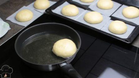 Frigge l'impasto nella padella per pochi minuti: la ricetta semplice e veloce per le ciambelle