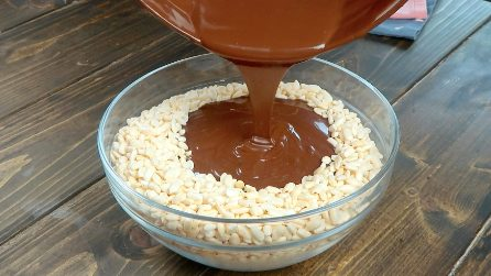 Versa il cioccolato sul riso soffiato: una ricetta super golosa