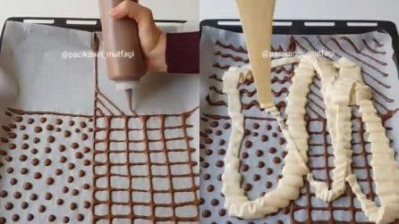 Disegna con il cioccolato sulla teglia, poi versa l'impasto: un dessert davvero originale
