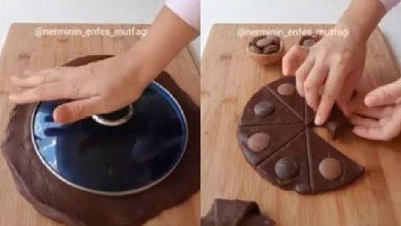 Mette un coperchio sulla pasta frolla e prepara golosi biscotti al cioccolato