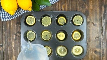 Mette i limoni nella teglia dei muffin: il trucchetto utile