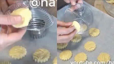 Mette l'impasto sulla schiumarola e prepara dei biscotti carinissimi
