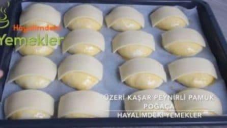 Mette una fetta di formaggio su ogni panino: un trucco per renderli squisiti