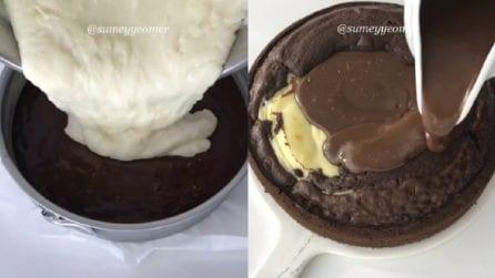 Versa la crema nell'impasto al cacao, poi ricopre con il cioccolato: un dolce golosissimo