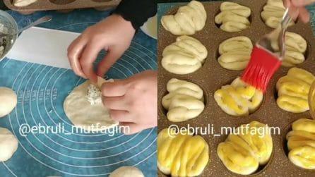 Farcisce l'impasto e poi lo mette nello stampo dei muffin: il risultato è originale e saporito