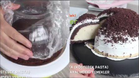 Mette il pan di spagna nella ciotola e lo farcisce: una torta dal sapore unico