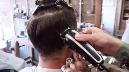Il barbiere inizia a tagliare: sotto i capelli scopre cosa nascondeva il cliente