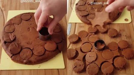 Taglia il pan di spagna al cacao e prepara ottimi mini dessert