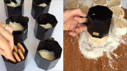 Mette crema e biscotti nelle tazze e prepara golosissimi dolcetti