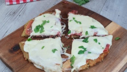 Pizza di patate veloce con prosciutto e formaggio: la ricetta salvacena pronta in pochi minuti!