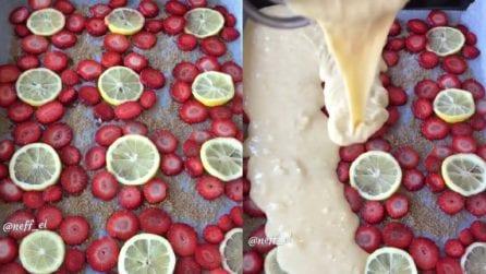 Dispone fragole e limoni sulla teglia e poi versa l'impasto: un dessert pazzesco