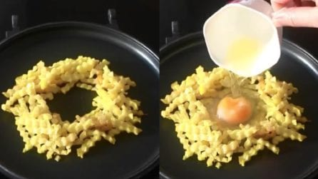 Frigge le patatine e cuoce un uovo al centro: un piatto ricco e saporito
