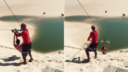 """Tuffo """"estremo"""" nel lago immerso nelle dune di sabbia: l'esperienza da brividi in Brasile"""