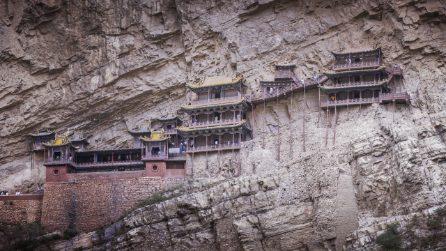 Il tempio sospeso nel vuoto da 1400 anni, è uno dei luoghi più incredibili del mondo