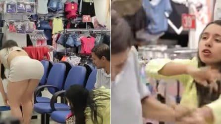 Cliente prova le scarpe: gli uomini si lasciano distrarre dalle sue curve davanti alle fidanzate