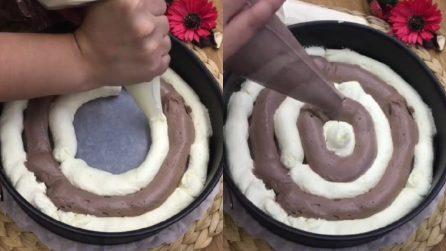 Alterna i due impasti in maniera circolare e prepara una golosissima torta variegata