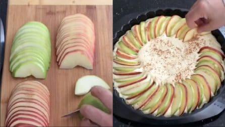 Taglia a fette sottili le mele e le mette sull'impasto: il risultato è creativo e buonissimo