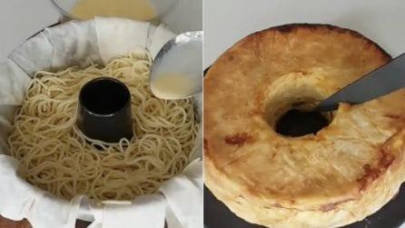 Mette gli spaghetti nello stampo per ciambellone: l'idea per un timballo di pasta sfizioso