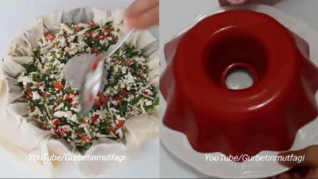 Mette la pasta fillo nello stampo e poi la farcisce: un'ottima ciambella rustica