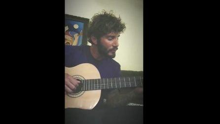 Stefano De Martino suona la chitarra e canta Jovanotti
