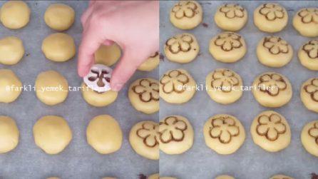 Immerge la formina nel cacao e prepara dei carinissimi e deliziosi biscotti