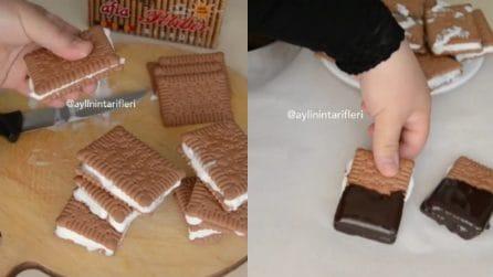 Farcisce i biscotti e poi li immerge nel cioccolato: golosissimi gelati fatti in casa